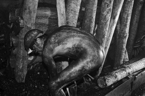 """Werner Mahler. Górnik pod ziemią, kopalnia węgla VEB Steinkohlewerk """"Martin Hoop"""", Zwickau, 1975m, cykl: Górnictwo  (mat. pras.)"""