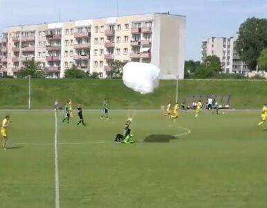 Spadochroniarz wylądował w środku meczu forBET IV ligi w Elblągu. Dostał...