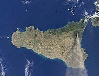 64-letni antypolityk przypłynął na Sycylię. Wpław