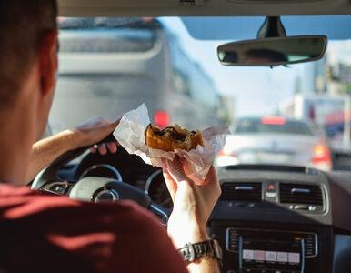 Frytki i kebab za kierownicą? Pandemia utrwaliła fatalne przyzwyczajenie