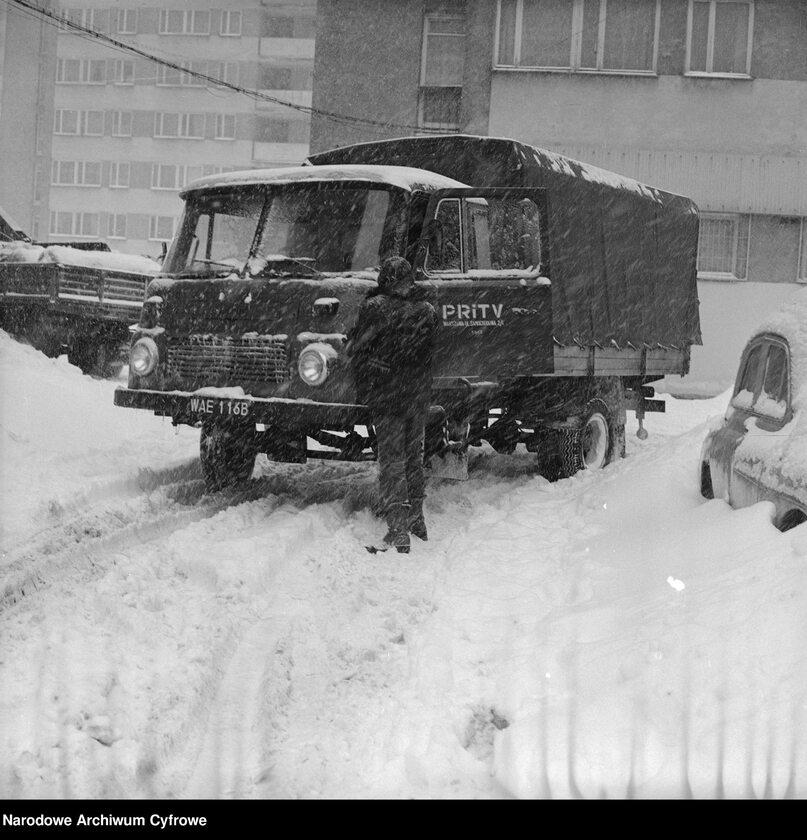 Zima Stulecia na Wierzbnie w Warszawie, Na zdjęciu ciężarówka Robur