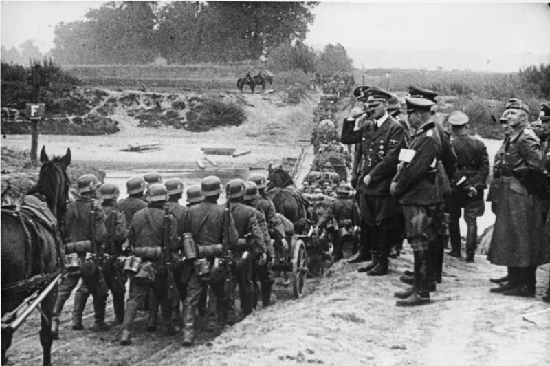"""Adolf Hitler pozdrawia niemieckich żołnierzy Scenę wykorzystano później w propagandowym filmie """"Kampania w Polsce"""""""