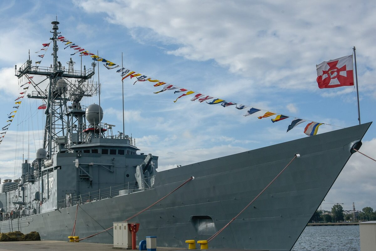Podniesienie wielkiej gali banderowej na wszystkich okrętach stacjonujących w Porcie Wojennym Gdynia
