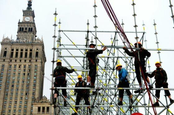 Warszawa, robotnicy na rusztowaniach strefy kibica na placu Defilad (fot. PAP/Bartłomiej Zborowski)