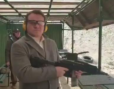 """Dominik Tarczyński z karabinem. """"Aby być gotowym do obrony ojczyzny,..."""