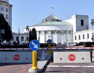 """Potężne ogrodzenie pod Sejmem. Jest protest. """"Ludzie będą chcieli obalić..."""