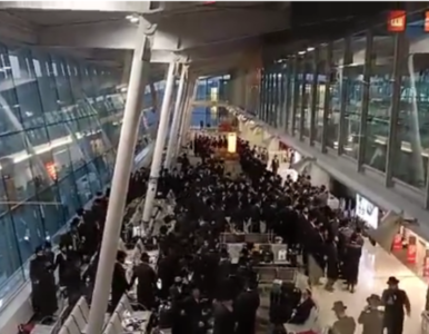 Bez maseczek, bez dystansu. Grupa Żydów tańczyła na lotnisku Chopina, do...