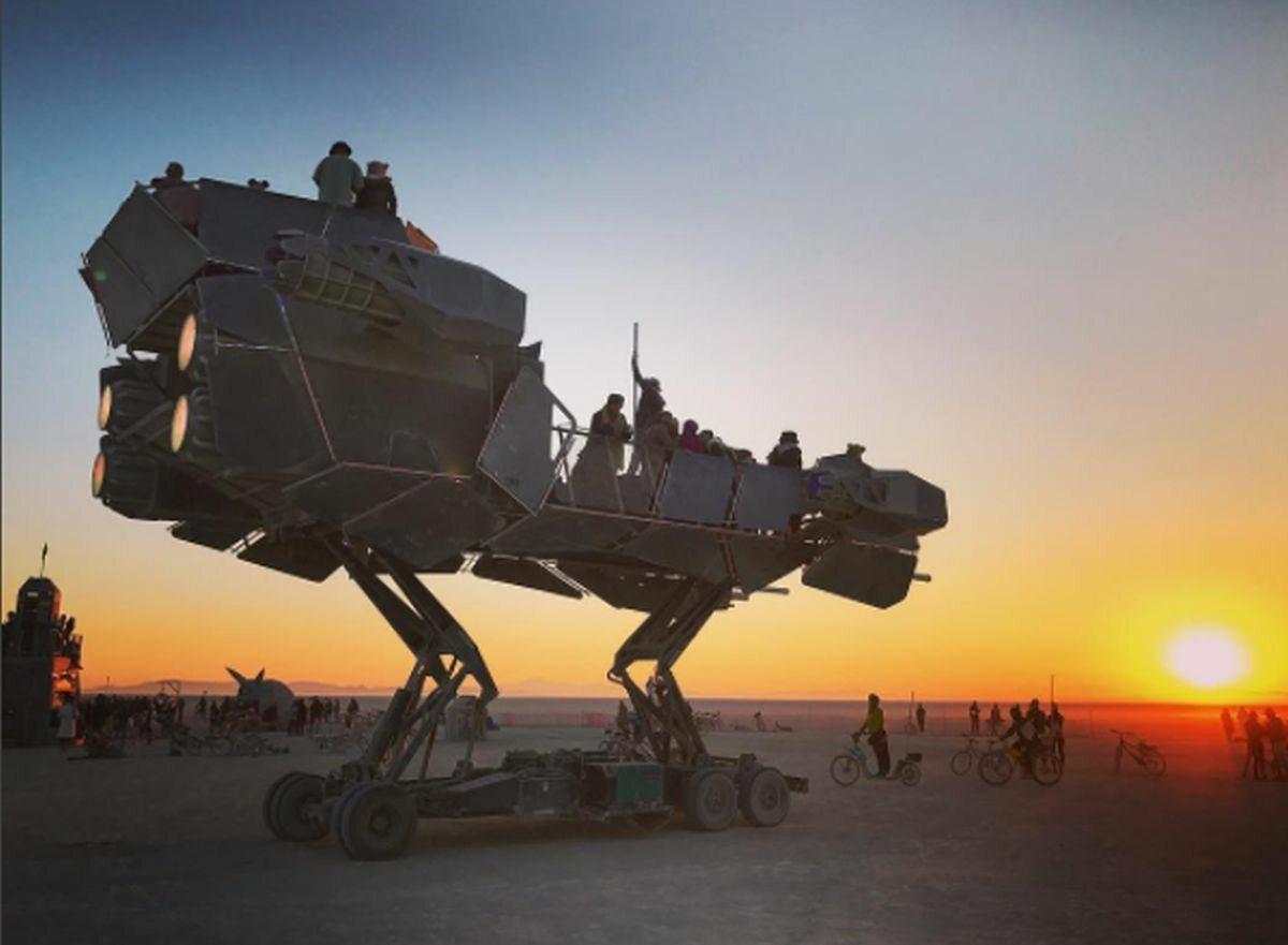 Na pustyni nie brakuje futurystycznych maszyn