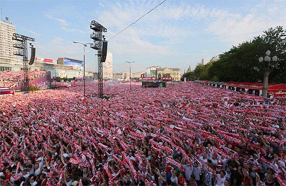 W centrum stolicy zgromadziły się tłumy ludzi - liczbę kibiców szacuje się na 100 tysięcy (fot. PAP/Paweł Supernak)