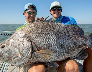 """Złowili ogromną rybę i pokazali, jak im się to udało. """"Byłem w totalnym..."""