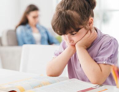 Twoje dziecko siedzi w takiej pozycji? Może mieć w przyszłości wady postawy