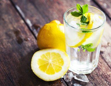 Czy woda z cytryną na czczo jest zdrowa? Fakty i mity