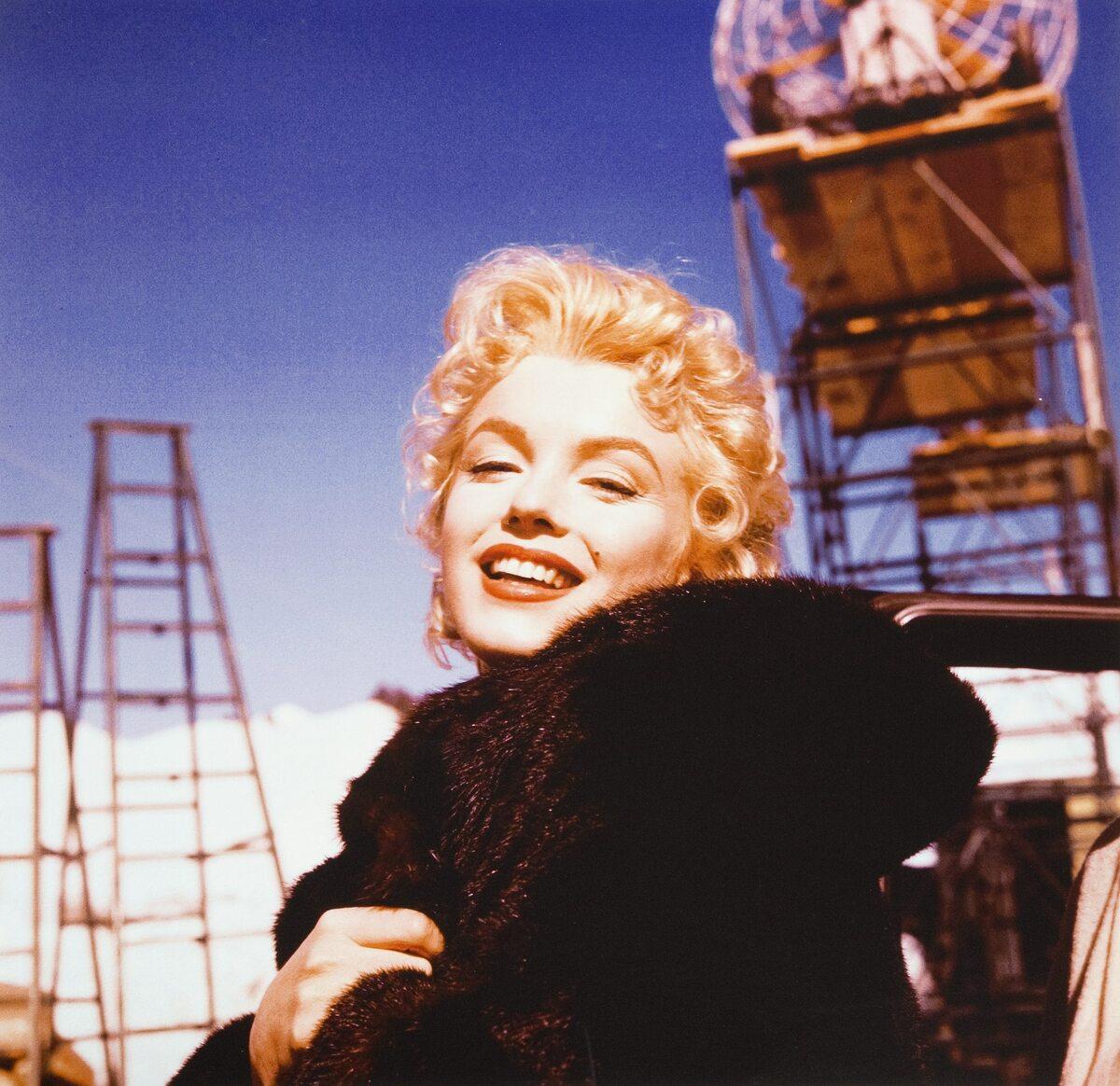 Marilyn Monroe w czarnym futrze