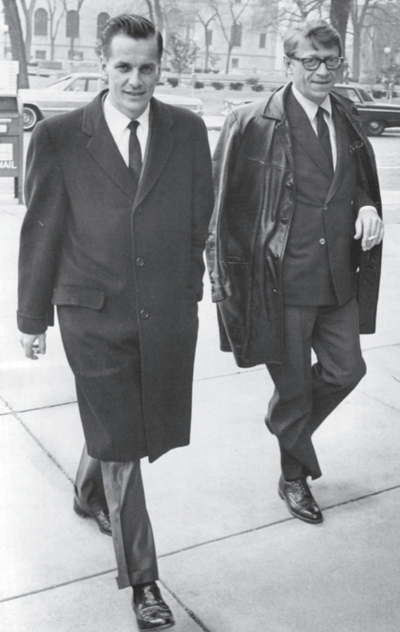 Kitzer ze swoim prawnikiem i wspólnikiem przed wejściem do sądu federalnego, 1966