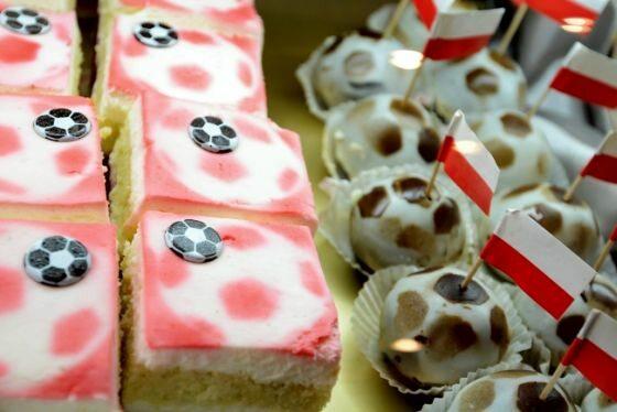 Poznań, słodycze przygotowane specjalnie z okazji Euro 2012 (fot. EPA/FILIP SINGER/PAP)