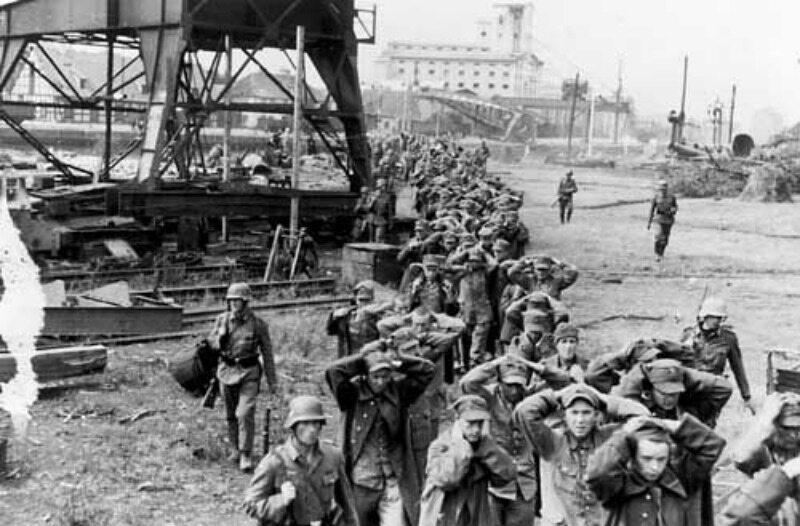 Polscy żołnierze schwytani do niewoli po zdobyciu Westerplatte przez Niemców