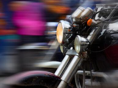 Za motocyklistą frunęły pieniądze. Z plecaka wypadło 8 tys. zł,...