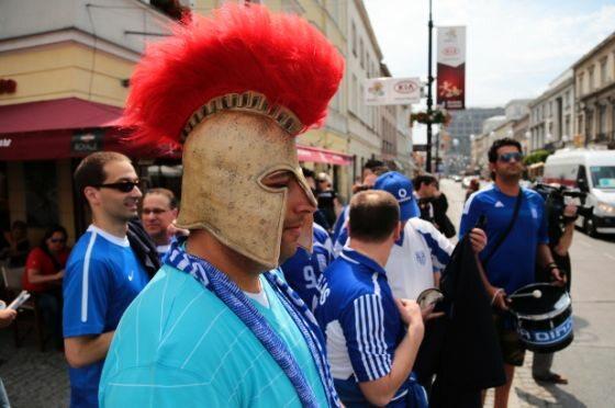 Fani piłkarskiej reprezentacji Grecji na ulicy w Warszawie (fot. PAP/Tomasz Gzell)