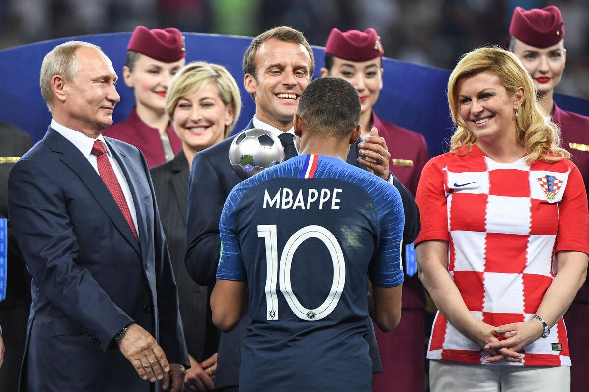 Kylian Mbappe odbiera nagrodę dla najlepszego młodego gracza turnieju
