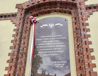 Zniszczono tablicę upamiętniającą Lecha Kaczyńskiego