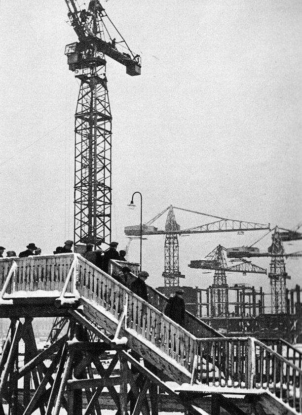 Mieszkańcy Warszawy obserwujący budowę Pałacu Kultury i Nauki ze specjalnego podestu, 1953 r.
