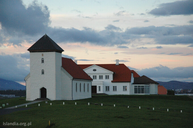 Ten niepozorny budynek wtle zakaplicą toBessastaðir, siedziba prezydenta Islandii. Znajduje się nieopodal stolicy, napółwyspie Álftanes. Złośliwi mówią, żezjego okien prezydent widzi ponad połowę swoich obywateli.