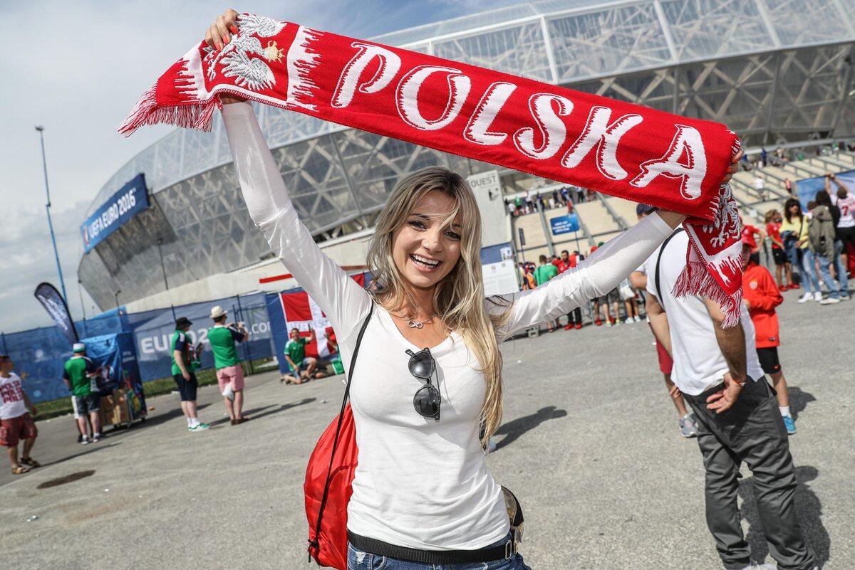 Kibicka z Polski przed meczem Euro 2016 z Irlandią Kibicka z Polski przed meczem Euro 2016 z Irlandią