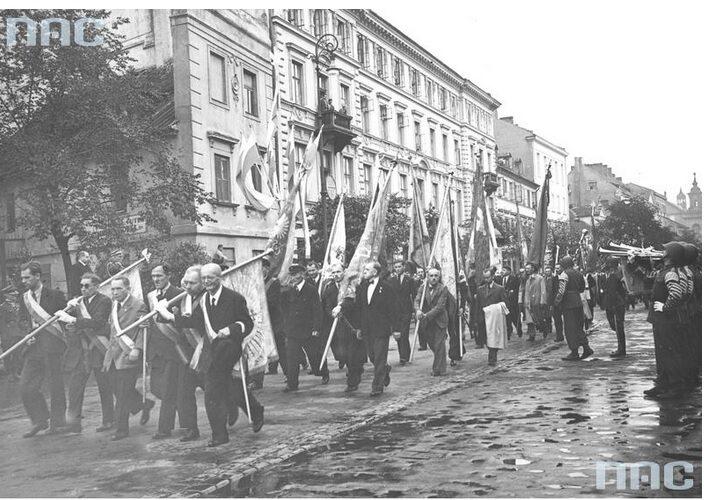 2. Poczty sztandarowe organizacji społecznych defilują ulicą Długą (fot. Narodowe Archiwum Cyfrowe)