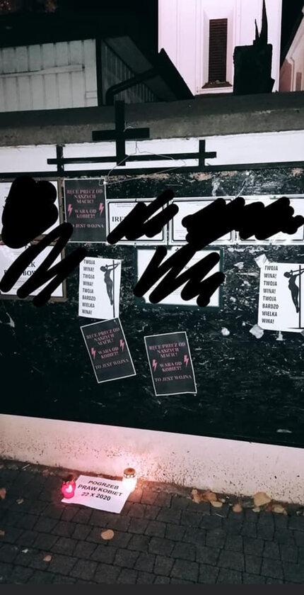 Plakaty na tablicy ogłoszeń