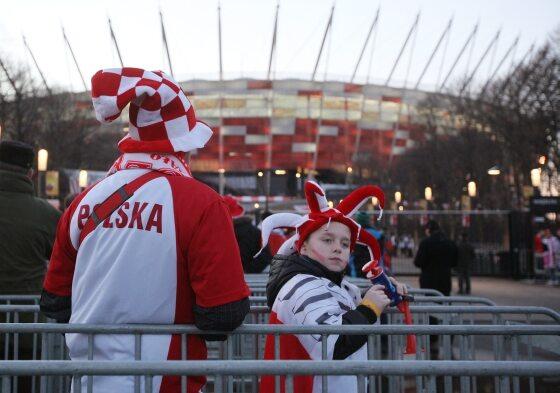 """""""Zobacz synku, a tak wygląda nowoczesny stadion..."""" (fot. PAP/Paweł Supernak)"""