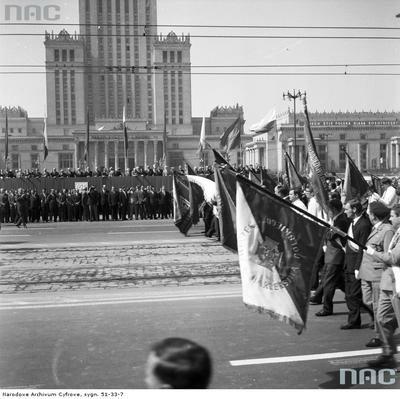 Poczty sztandarowe przechodzące przed trybuną honorową. W tle widoczna dolna część Pałacu Kultury i Nauki. (1969 r.)(fot. NAC)