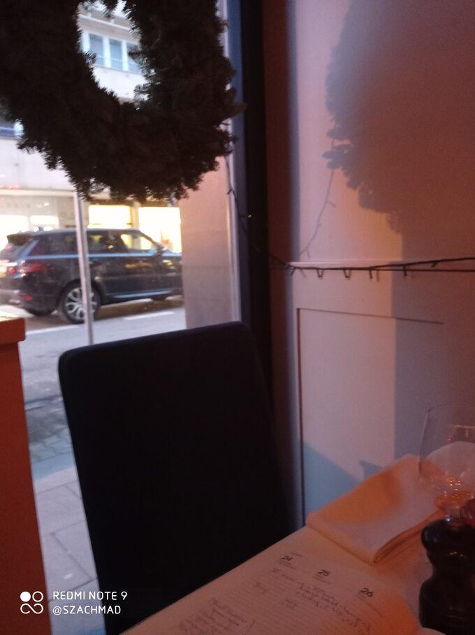 Widok przez okno restauracji działającej mimo obostrzeń