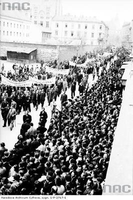 Pochód członków Polskiej Partii Socjalistycznej ulicami miasta. (1936 r.)(fot. NAC)