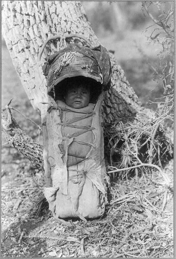 Dziecko Indianki z plemienia Apaczów w nosidełku , 1903 rok