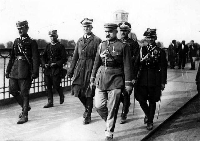Józef Piłsudski naMoście Poniatowskiego 12 maja 1926 roku. Obok niego gen. Orlicz-Dreszer