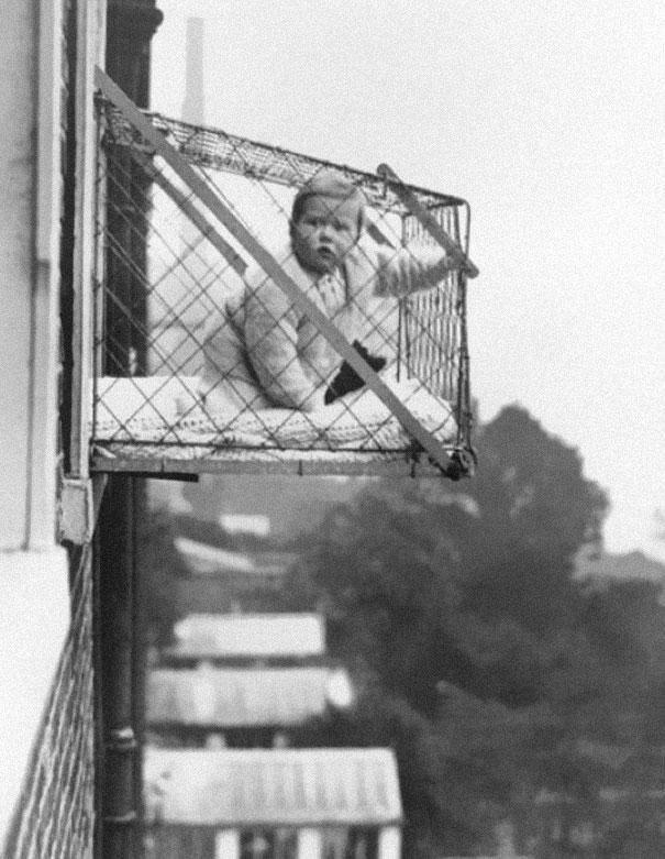 Klatka dla dzieci, którą montowano w mieszkaniach w latach 30-tych, aby zapewnić im dostęp światła słonecznego, fot. epicdash.com