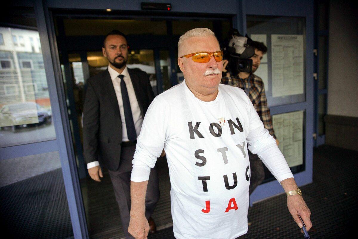 """Lech Wałęsa głosował w koszulce z napisem """"Konstytucja"""""""
