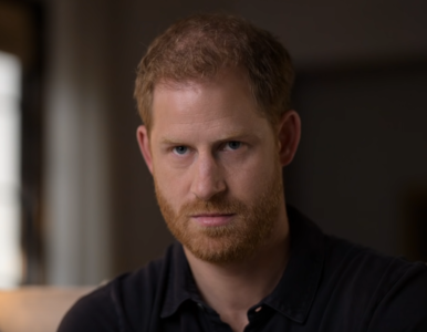 """Książę Harry oskarżył rodzinę królewską o """"całkowite zaniedbanie""""...."""