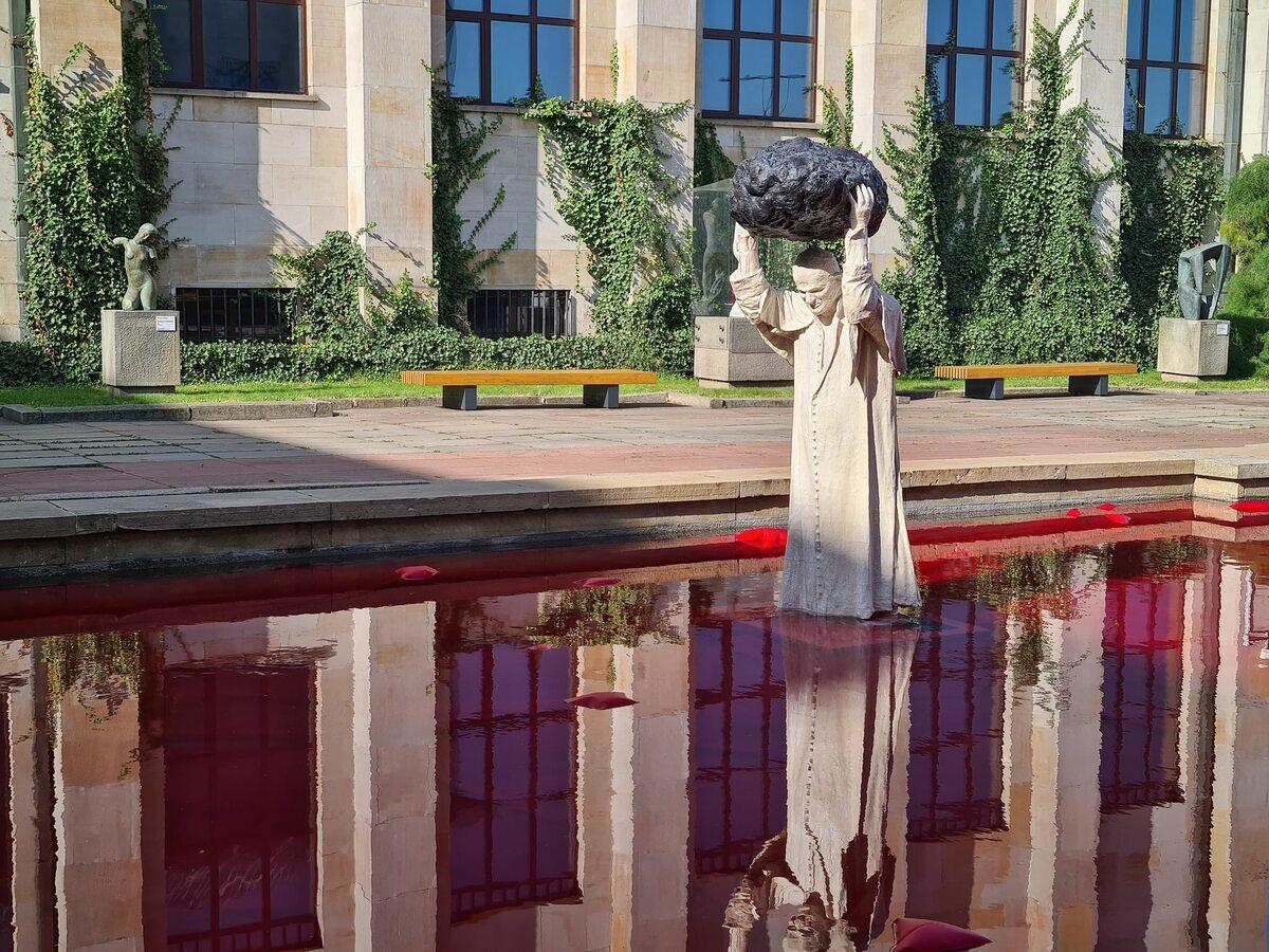 Pomnik Jana Pawła II przed Muzeum Narodowym