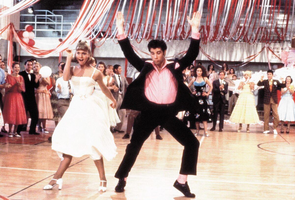 "Olivia Newton-John u boku Johna Travolty w musicalu ""Grease"""