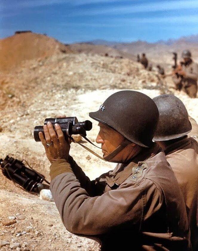 Słynny amerykański generał George Patton spoglądający przez lornetkę