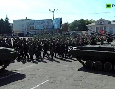Defilada separatystów w Donbasie. Zbezcześcili ukraińską flagę