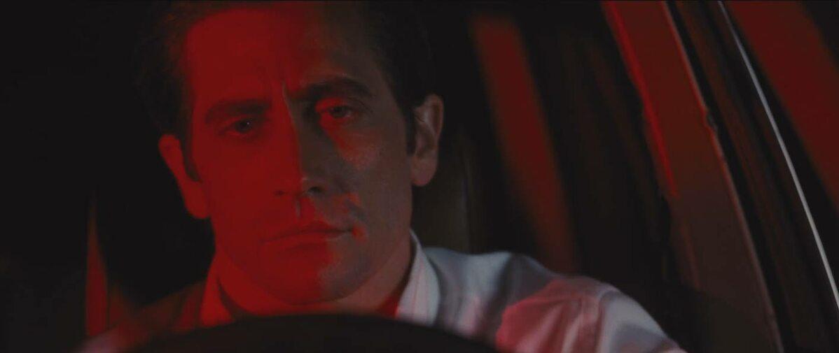 """#4. Zwierzęta Nocy, reż. Tom Ford (USA 2016) Smutek wypełnia długo wyczekiwany film Toma Forda. Przeszłość przypomina o sobie w postaci wymyślonej powieści, a emocje z każdą chwilą stają się coraz bardziej gęste. """"Zwierzęta nocy"""" powoli wwiercają się pod skórę przy pomocy nienachalnej metaforyki i pomieszania gatunków. Reżyser kreuje intrygujący świat pięknych ludzi i przestrzeni. Wyczucie smaku przekłada się na wytworną mieszankę melodramatu z kinem sensacyjnym. Nie tylko robi wrażenie, ale opowiada intrygujące historie. Już otwierająca sekwencja rytmicznego tańca nagich kobiet o rubensowskich kształtach oświetlona lampami w amerykańskich barwach, staje się interesującym komentarzem do wszechobecnego kultu szczupłego ciała. Piękni ludzie zamieszkują wysublimowane apartamentowce i wille, ale wydziera z nich emocjonalne zepsucie i ogrom fałszu. Zapatrzeni w złudne piękno tracą siłę na wewnętrzny rozwój szczerości i niewinności. """"Zwierzęta  nocy"""" to gra z oczekiwaniami i konwencjami. [Małgorzata Czop]"""
