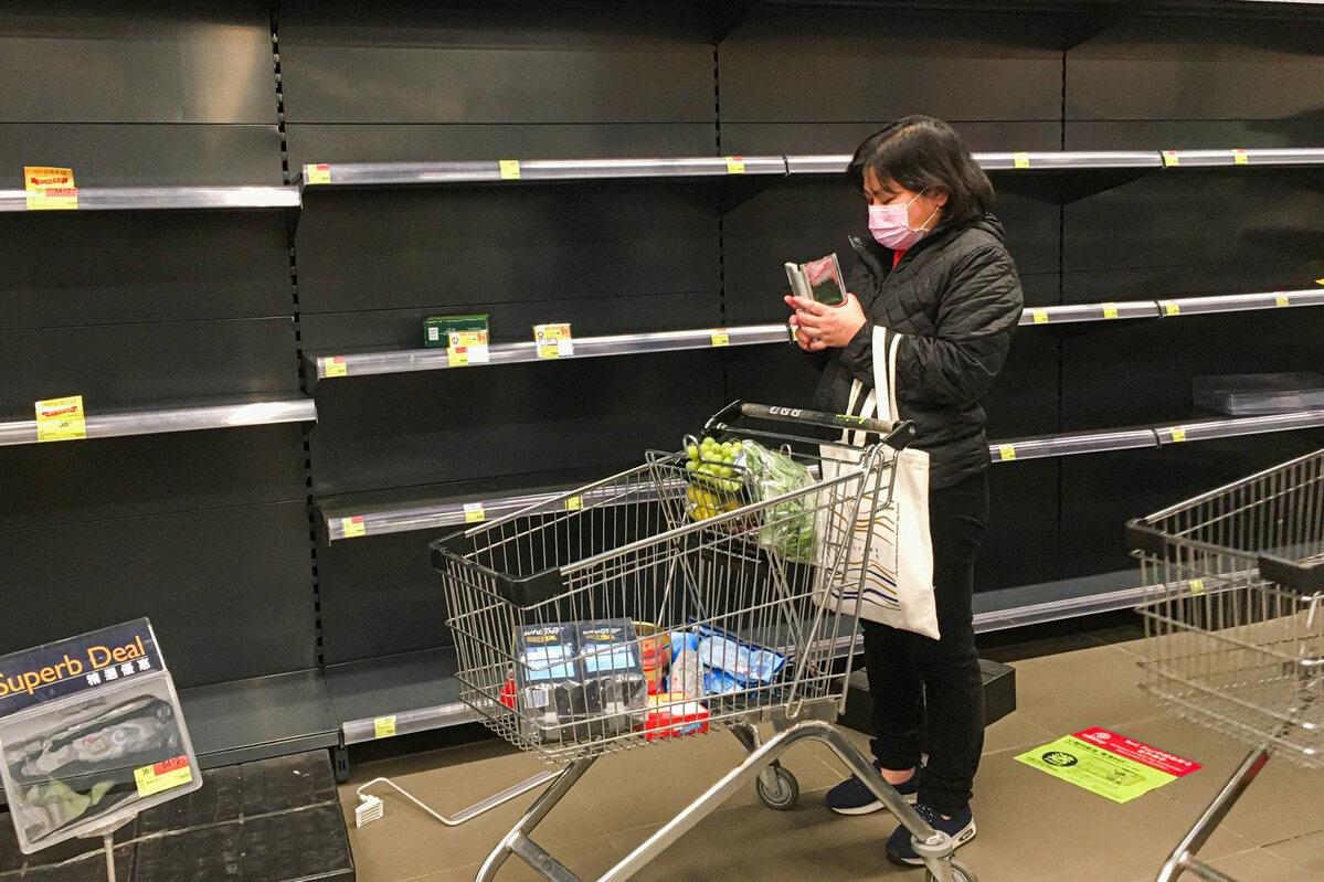 Puste półki w sklepie w Hongkongu (5 lutego)