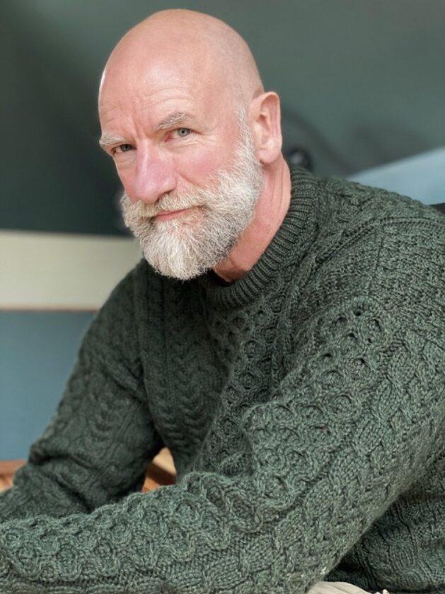 Graham McTavish Graham McTavish jest aktorem, pisarzem i producentem. Clan Lands, książka której jest współautorem, trafiła na szczyty wielu list bestsellerów.  McTavish wystąpił ostatnio w serialach Lucyfer i Colony, a wcześniej zagrał rolę Świętego od Morderców w serialu AMC Preacher. Graham znalazł się także w obsadzie nagradzanego serialu Starz Outlander, w którym wcielił się w rolę Dougala, makiawelicznego Szkota z XVII wieku. Graham i gwiazda Outlandera, Sam Heughan, współtworzyli również serial Men In Kilts, którego premiera odbyła się w Walentynki na kanale Starz.  Ostatnio McTavish pojawił się na dużym ekranie w filmie Czas próby, u boku Chrisa Pine'a i Caseya Afflecka. Historia opowiada o brawurowej próbie ratunku podjętej przez Straż Wybrzeża, po tym jak para tankowców została zniszczona podczas sztormu w 1952 roku. Graham wystąpił również w nominowanym do Oscara filmie Creed, w którym zagrał rolę trenera boksu, Tommy'ego Holidaya, u boku Sylvestra Stallone'a i Michaela B. Jordana.   W przeszłości Graham zasłynął z roli dzielnego krasnoluda Dwalina w ostatniej części Hobbita.  Pojawił się także w poprzednich częściach trylogii: Hobbit: Niezwykła podróż oraz Hobbit: Pustkowie Smauga.   McTavish zyskał spore grono fanów dzięki swoim rolom dubbingowym jako Dracula w Castlevanii produkcji Netflix, Dante Aligheri w filmie animowanym i grze wideo Dante's Inferno, a także użyczył głosu Lokiemu w serialach Wolverine and the X-Men, Hulk Vs. Thor, The Avengers: Earth's Mightiest Heroes oraz Duck Tales dla Disneya.  Graham McTavish rozpoczął swoją karierę w Londynie, biorąc udział w takich projektach jak kultowy przebój Red Dwarf, King Lear Briana Blesseda oraz miniserial Empire. W tym samym czasie McTavish został obsadzony w głównych rolach w prestiżowych brytyjskich teatrach, w tym w Royal Court i National Theatre w Londynie oraz Royal Lyceum w Edynburgu.