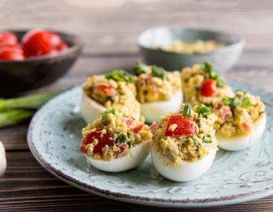 Jajka faszerowane awokado. Przepis od dietetyka