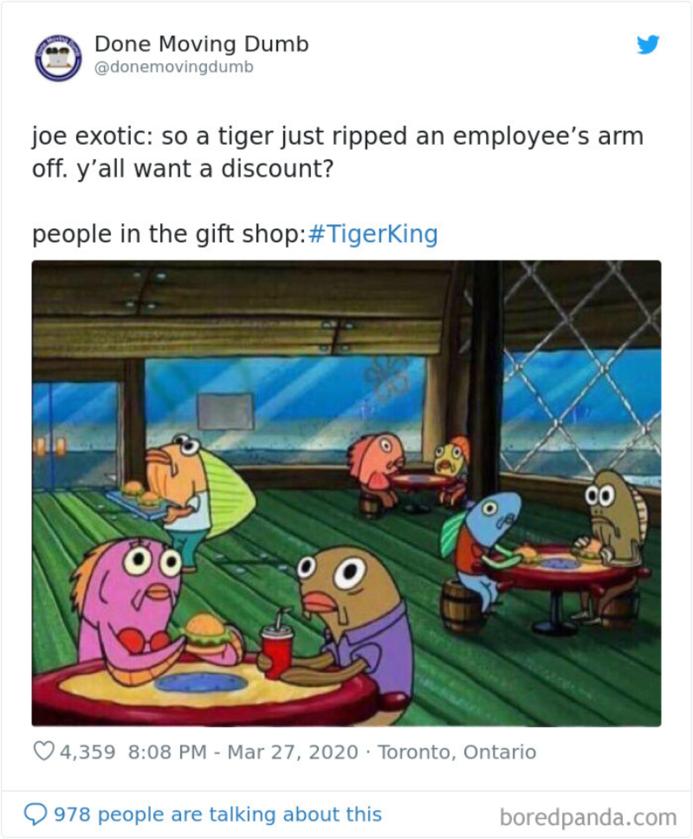 Joe Exotic: Tygrys właśnie odgryzł rękę mojej pracownicy. Chcecie zniżkę?/Klienci w sklepiku z pamiątkami: