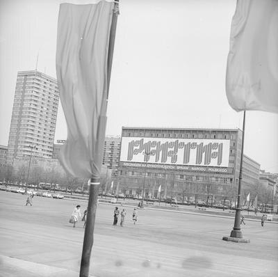 """Transparent na jednym z budynków Ściany Wschodniej """"Partia - rzecznikiem najżywotniejszych spraw narodu polskiego"""". (1978 r.)(fot. NAC)"""