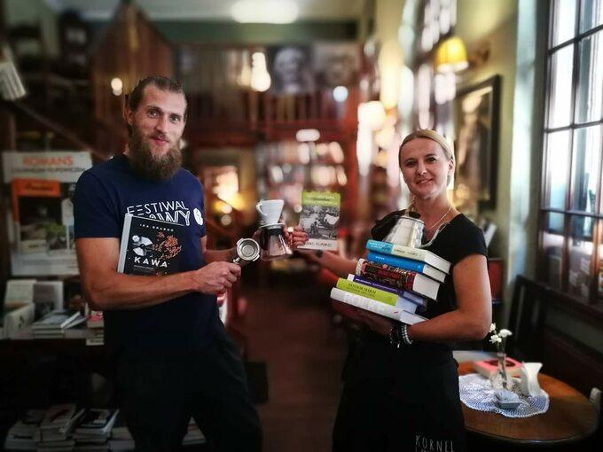 Mariola Sznapka, właścicielka kawiarni literackiej Kornel iPrzyjaciele orazŁukasz Guziur, barista
