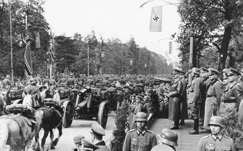 """Parada przed Adolfem Hitlerem w Warszawie """"Führerparade w Warszawie"""" – głosi propagandowy podpis"""